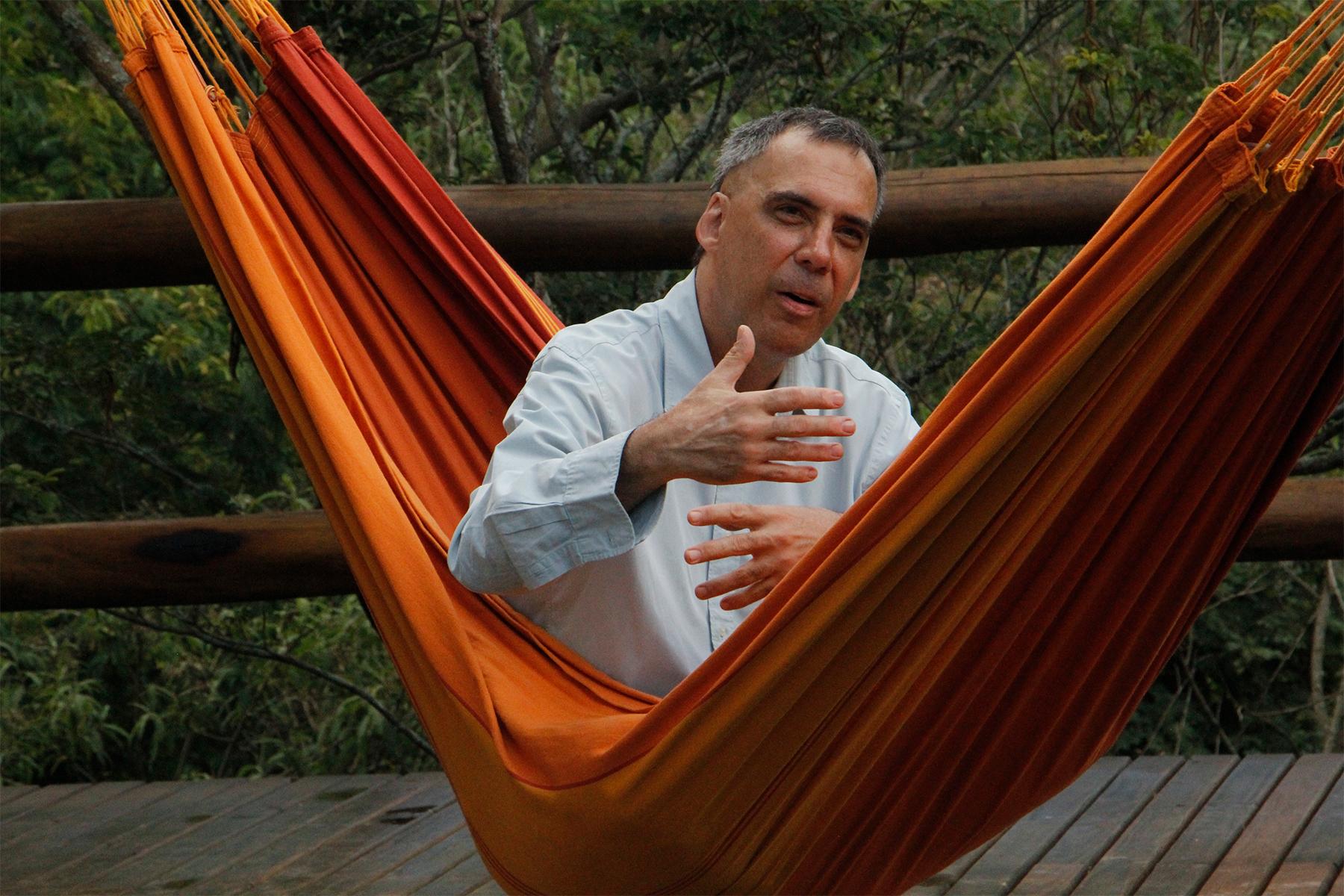 Arnaldo Antunes revisita carreira como cantor, compositor e poeta em documentário inédito