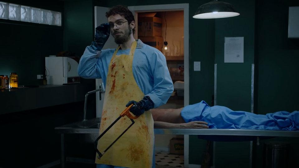 Comédia na TV por assinatura aborda saga de médico legista que tem medo de cadáveres