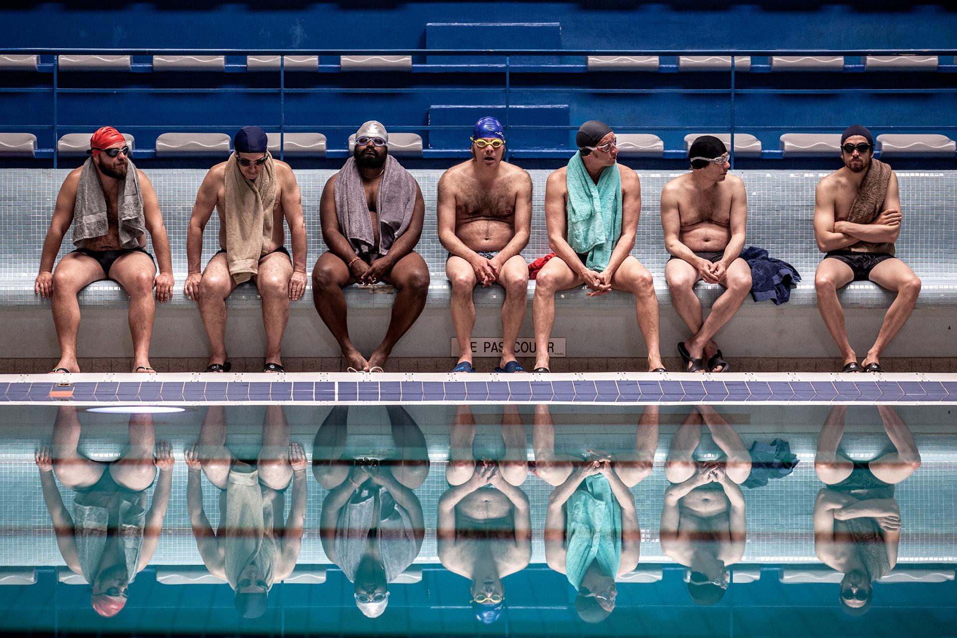 Em cena de 'Um Banho de Vida', equipe masculina do nado sincronizado passa por apuro