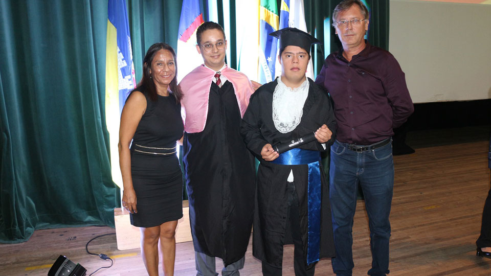 Jovem com Síndrome de Down se forma em Fotografia
