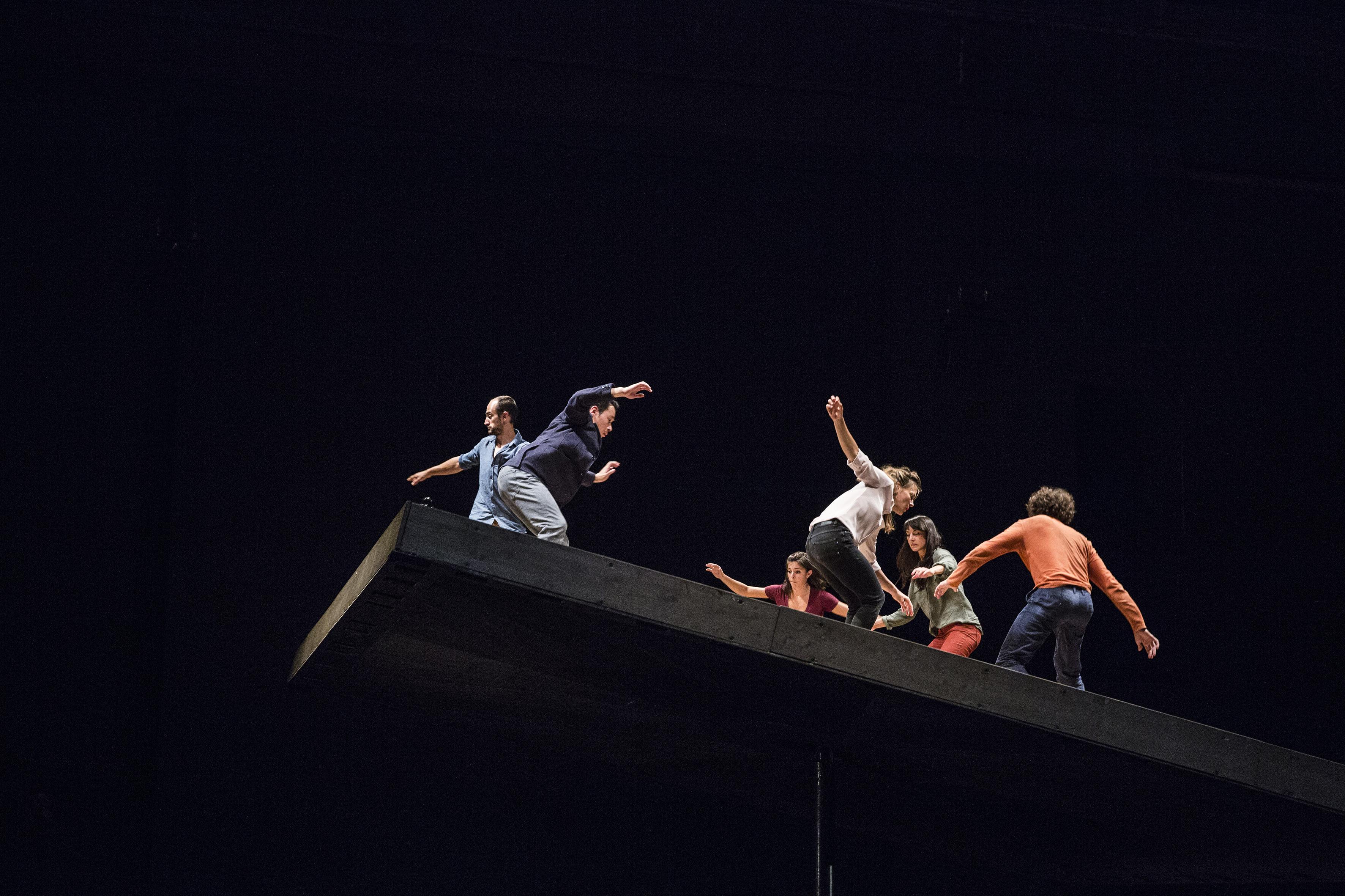 """Sesc Pinheiros recebe o espetáculo de dança """"Aquele que Cai"""" do coreógrafo Yoann Bourgeois"""
