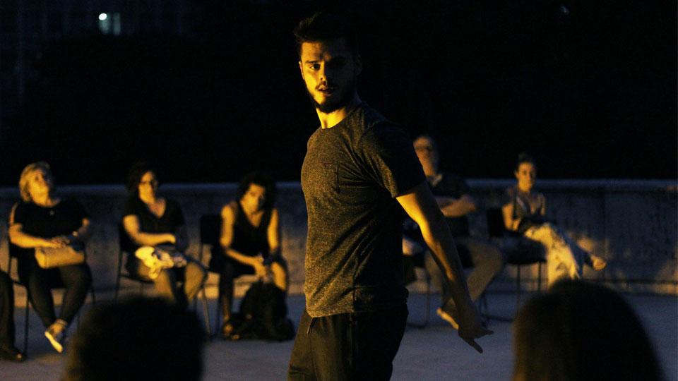 Marcus Moreno dança a efemeridade da existência em espaços da cidade