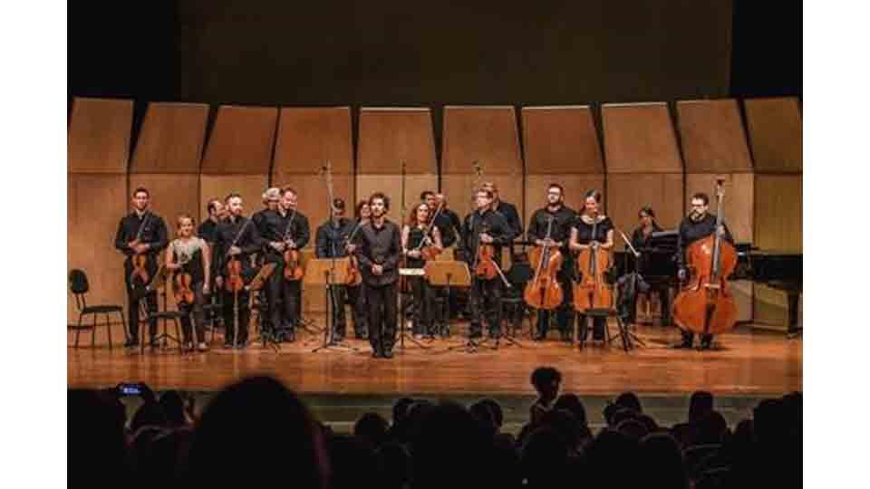 Orquestra Moderna transforma André Abujamra em monstro no Auditório Ibirapuera