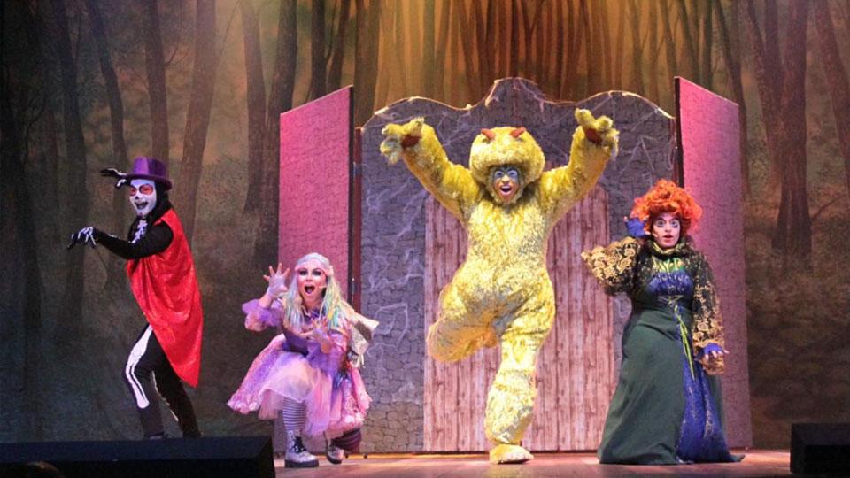 Boo! A Bruxinha e o Monstro continua temporada no Teatro Miguel Falabella no Rio de Janeiro