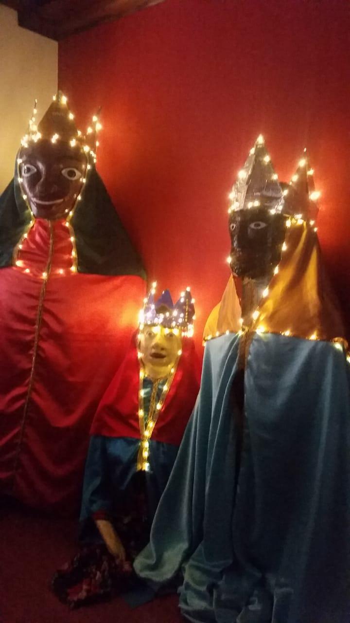 Cortejo com bonecos gigantes integra espetáculo do Natal Iluminado pelas ruas do centro de SP