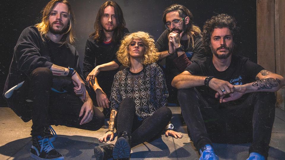 Com shows lotados, banda Supercombo segue em turnê pelo Brasil
