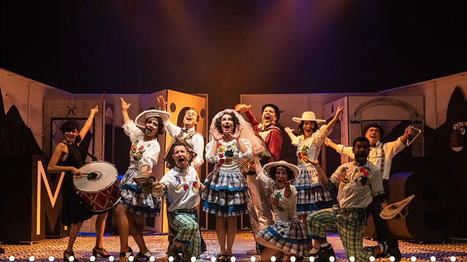 Carmen, A Grande Pequena Notável chega aos palcos do teatro tuca com produção de Antonio Fagundes