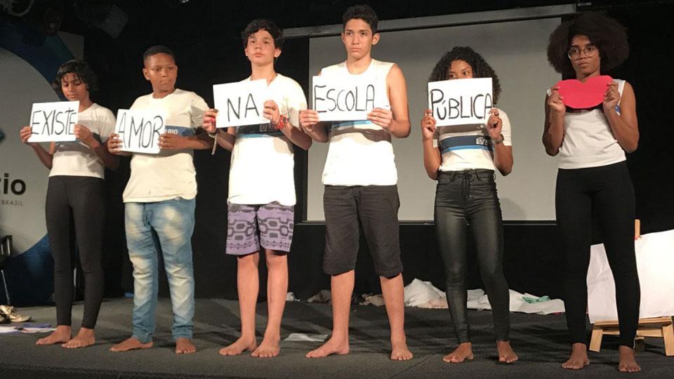 """Espetáculo """"Fale sobre mim"""" dá voz a estudantes por meio do teatro documentário"""