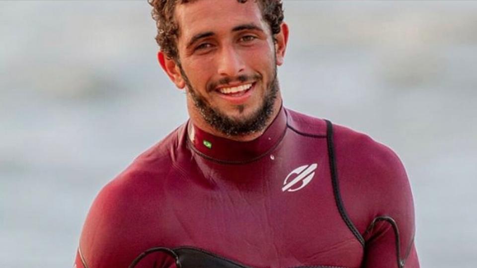 """Lucas """"Chumbo"""", que acaba de sair do BBB, vence torneio de ondas gigantes em Portugal"""