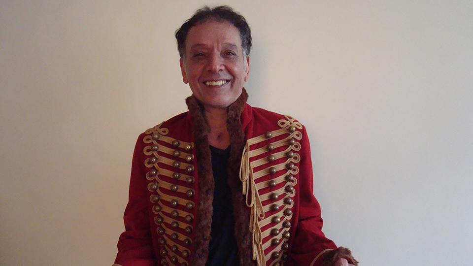 Arnaldo Baptista rifa seu lendário casaco inglês – #compartilhe #AjudeoArtista #DecolandoTodasAsManhãs